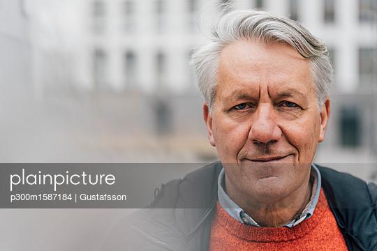 Portrait of confident senior man outdoors - p300m1587184 von Gustafsson