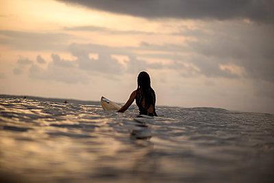 Frau beim Surfen  - p1108m1190940 von trubavin
