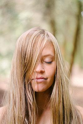 Woman with long blond hair - p586m1055876 by Kniel Synnatzschke
