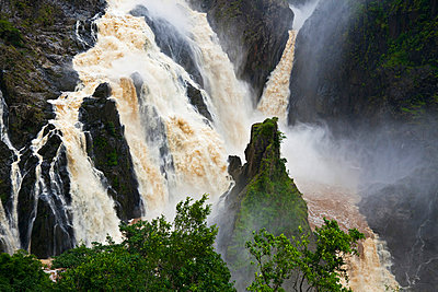 Australia, Queensland, Cairns. Barron Falls at Kuranda, flooded during the monsoon season. - p652m716709 by Andrew Watson