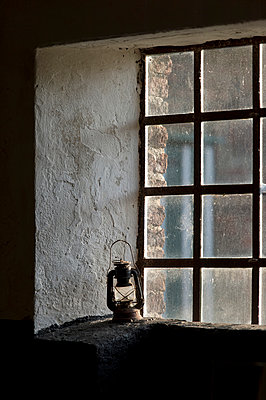 Scheunenfenster - p949m948603 von Frauke Schumann