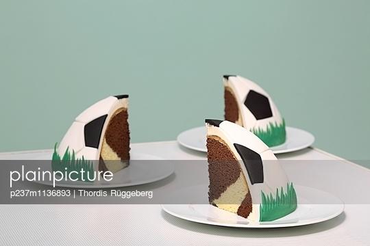 Fußball-Torte - p237m1136893 von Thordis Rüggeberg