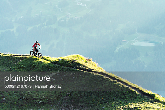 Mountainbiker on a way in Grisons, Switzerland - p300m2167079 von Hannah Bichay