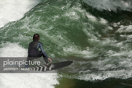 Jugendlicher beim Wellenreiten im Fluss, Eisbach, München, Deutschland - p6090527f von MONK photography