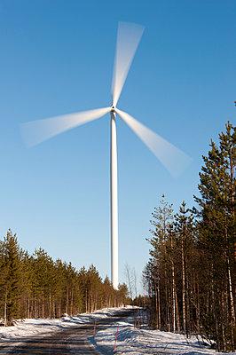 Windkraftanlage im Winter - p1079m1042399 von Ulrich Mertens