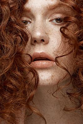 Schöne junge Frau mit roten Haaren - p1561m2133256 von Andrey Cherlat