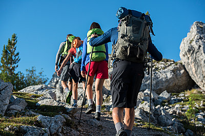 Italy, Friends trekking in the Dolomtes - p300m1460449 by ZoneCreative