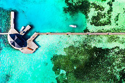 Maldives, South Male Atoll, Aerial view of resort on sea - p300m2154605 by Martin Moxter