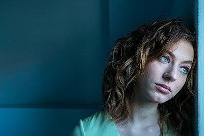 Portrait einer Frau - p427m2031340 von R. Mohr