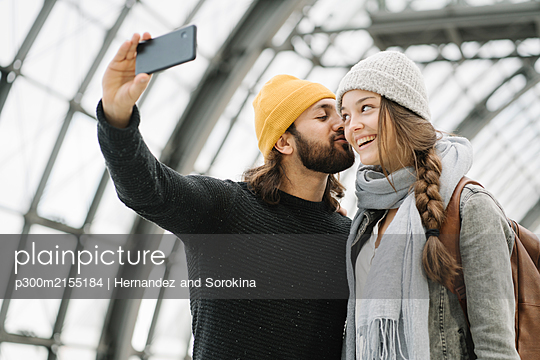 Young couple taking a selfie at the station platform, Berlin, Germany - p300m2155184 by Hernandez and Sorokina