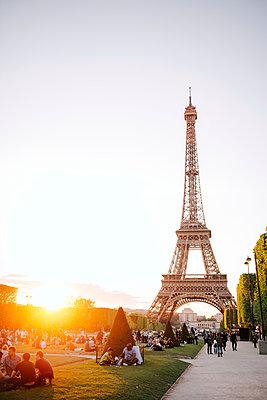 France, Paris, Champ de Mars, view to Eiffel Tower at sunset - p300m1196942 by Gemma Ferrando