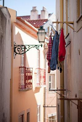 Laundry drying in Alfama - p795m1532014 by JanJasperKlein