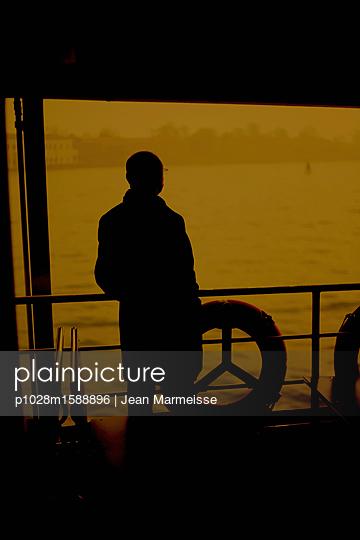 Man on a Vaporetto, Venice, Italy - p1028m1588896 von Jean Marmeisse