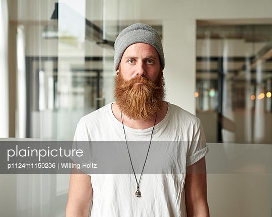 Mann mit Bart und Mütze  - p1124m1150236 von Willing-Holtz