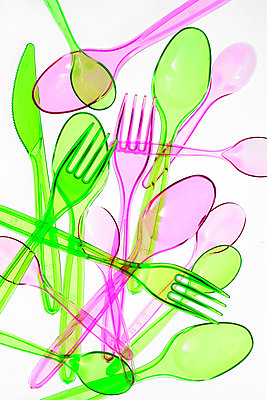 Plastic cutlery on white background - p450m1586583 by Hanka Steidle