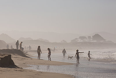 Children on the beach, Half Moon Bay, California - p756m2211531 by Bénédicte Lassalle