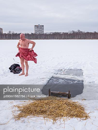 Russe beim Eisbaden in Moskau - p390m1582784 von Frank Herfort