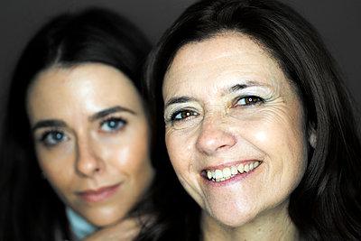 Mother and daughter portrait - p300m2265432 von Giorgio Fochesato