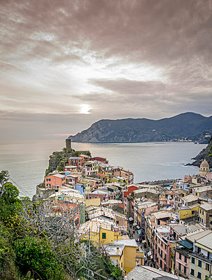 Village on the waterfront, Cinque Terre - p393m1044461 by Manuel Krug