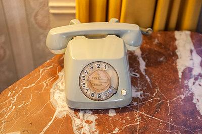 Graues Telefon - p502m1039825 von Tomas Adel