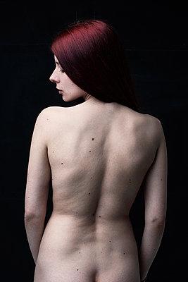 Schöne junge Frau - p947m1218772 von Cristopher Civitillo