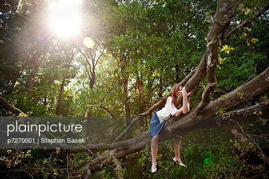 Junge Frau auf einem Baumstamm - p7270001 von Stephan Sasek
