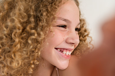 Portrait of girl smiling - p1427m2146481 by Jamie Grill