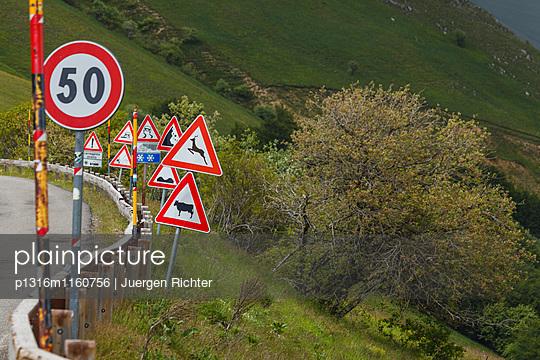 Verkehrsschilder, Passstrasse zum Piano Grande, Hochebene bei Castelluccio, Monti Sibillini, Sibillynische Berge, Apennin, Gebirge, bei Norcia, Provinz Perugia, Umbrien, Italien, Europa - p1316m1160756 von Juergen Richter