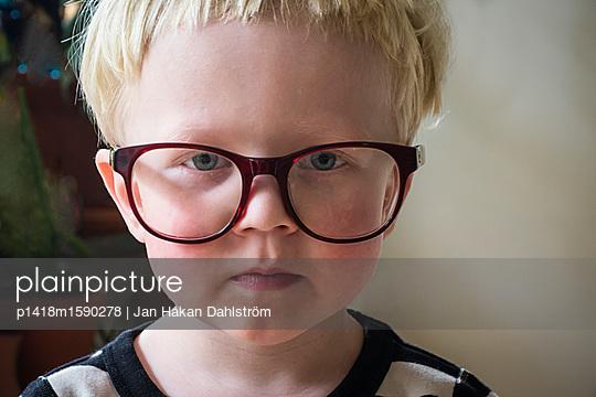 Kleiner Junge mit großen Brillengläsern - p1418m1590278 von Jan Håkan Dahlström