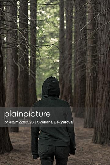 Bulgaria, Girl walking in the forest - p1432m2283928 by Svetlana Bekyarova