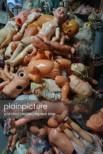 A bunch of old broken dolls - p1610m2186036 by myriam tirler