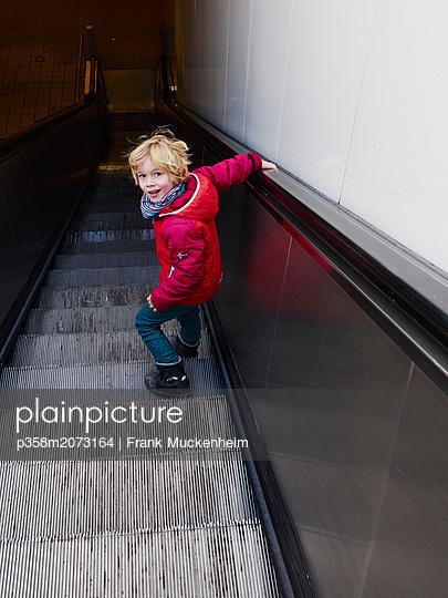 Kleiner Junge auf der Rolltreppe - p358m2073164 von Frank Muckenheim