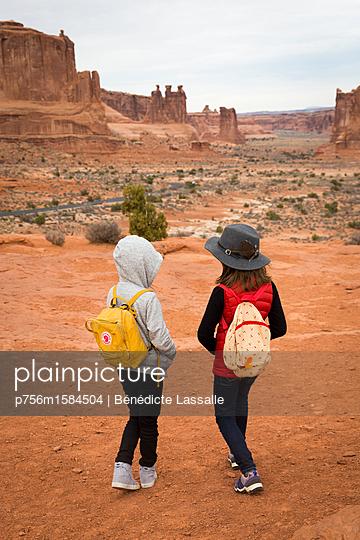 Zwei Mädchen im Canyon - p756m1584504 von Bénédicte Lassalle
