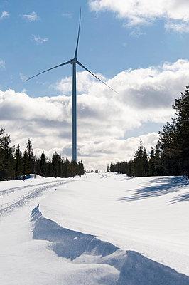 Verschneiter Waldweg mit Windkraftanlage - p1079m1042424 von Ulrich Mertens