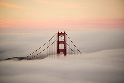 Golden Gate Bridge surrounded by fog during sunset, San Francisco, California, USA - p301m1482548 by Benne Ochs