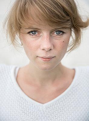 Portrait of a young woman - p552m925948 by Leander Hopf