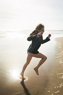 Girl playing at Stinson Beach - p756m2054508 by Bénédicte Lassalle