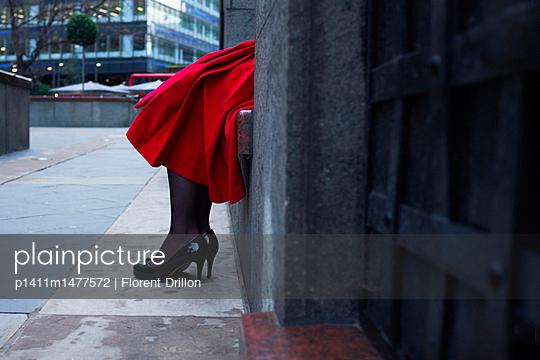 Frau in London, wartend - p1411m1477572 von Florent Drillon