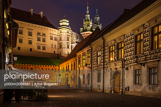 Poland, Krakow, Kanonicza Street to Wawel Castle in Old Town at night - p300m2068581 by Artur Bogacki