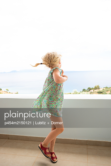 Jumping and dancing - p454m2150121 by Lubitz + Dorner
