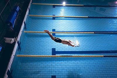 Einsamer Schwimmer - p1315m2118057 von Wavebreak