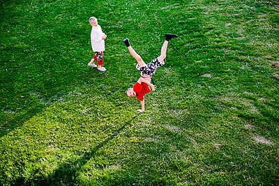 Boy doing handstand - p312m2091575 by Matilda Holmqvist