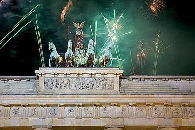 Brandenburger Tor mit Feuerwerk im Hintergrund, Berlin, Deutschland - p6090381 von MONK photography