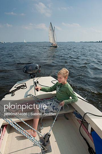 Junge beim Segeln - p896m834686 von Sabine Joosten