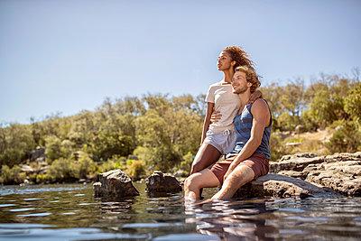 Junges Liebespaar am Fluss - p1355m1574207 von Tomasrodriguez