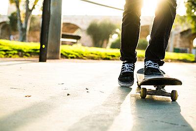 Legs of a skateboarder in a skatepark - p300m1356495 by Kike Arnaiz