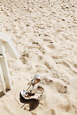 Schuhe am Strand - p1006m1425252 von Danel