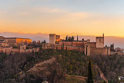 Spain, Granada, View of the Alhambra Palace with Sierra Nevada in the background - p1332m2205610 by Tamboly