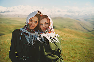 Smiling lesbian couple with headscarf at meadow - p300m2250905 by Arman Zhenikeyev