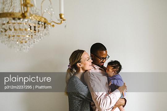 Parents with baby - p312m2237295 by Plattform